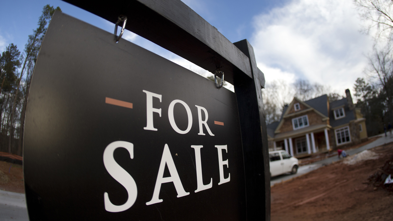 Mortgage applications jump as interest rates fall again
