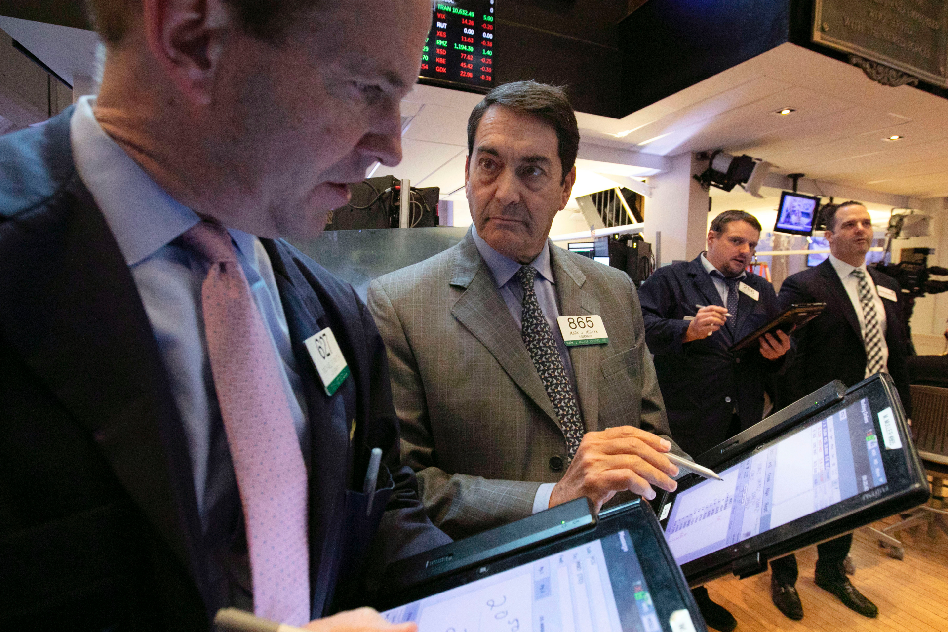 Stocks climb, putting S&P 500 on track for 4th weekly gain
