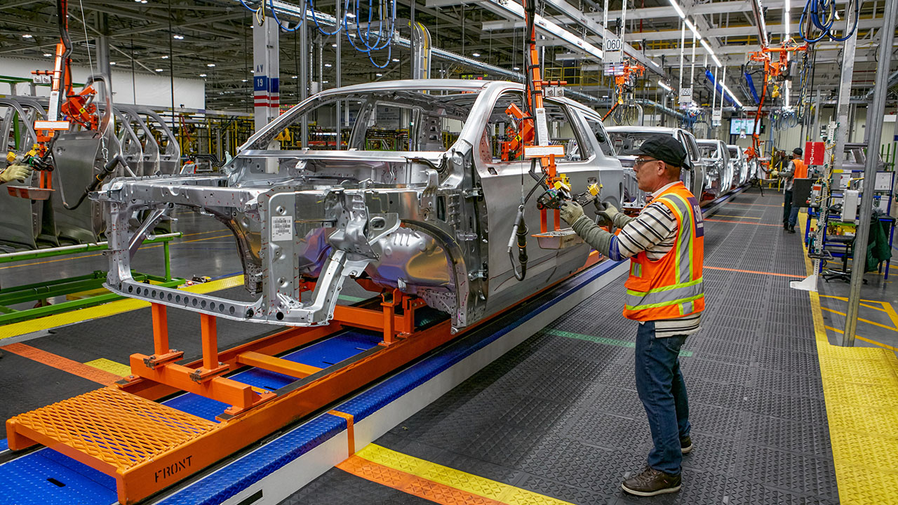FoxNews.com automotive editor Gary Gastelu breaks down GM's Super Cruise feature and the company's plans for more electric vehicles.